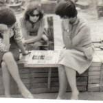 Випуск 1971, в подготво на бригада в с. Дамяница ученички от Д клас играят шах, лятото на 1967