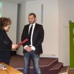 Г-жа Катя Маврова връчва благодарствено писмо на инж. Стефан Чорбанов