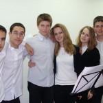 Участници във вокалната група зад кулисите