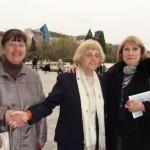 Ученици от първите два випуска на 91. НЕГ с учителката си г-жа Гиргина Тончева