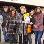 Ученици от 10 клас и майката на Лора пред НДК преди концерта
