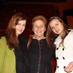 Теодора и Симона от випуск 2009 с учителката си по английски език
